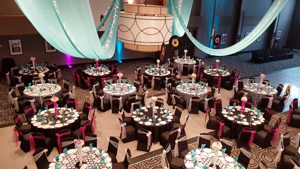 Alternating Black and Polka Dot Linens on Guest Tables